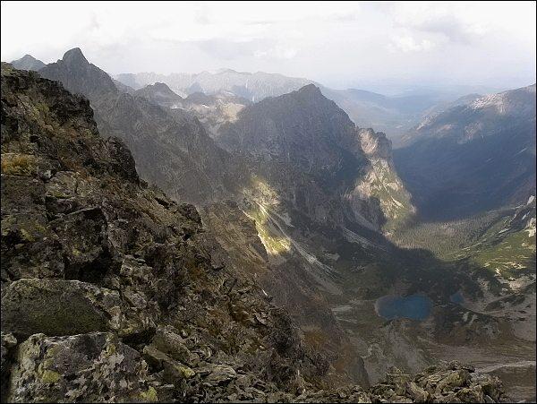 Kačacia a Bielovodská dolina z Kačacieho štítu. Uprostřed Mlynár, vlevo Ganek