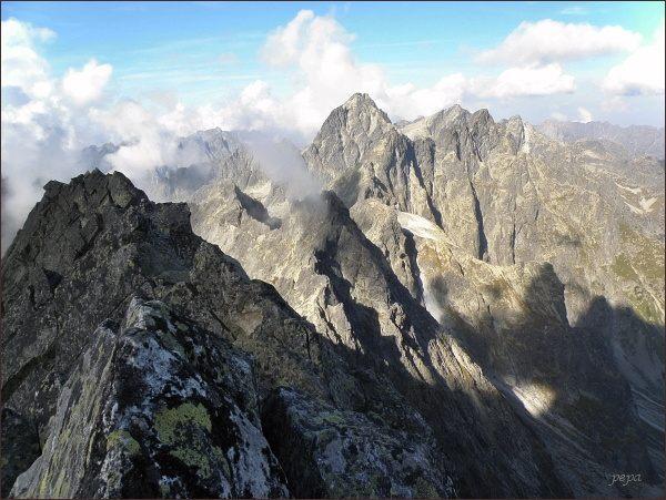 Na Batizovskom štíte. Vlevo západný vrchol, uprostřed Kačací štít, za ním Vysoká. Vpravo Rysy