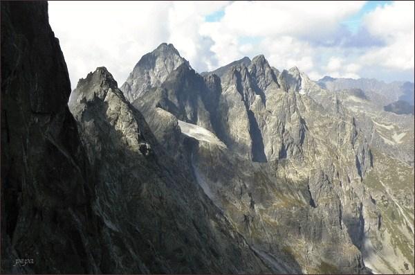 Na Batizovskom hrbe. Vlevo Batizovské spády, Kačací štít, Vysoká. Uprostřed Zlobivá, Rumanov štít a Ganek