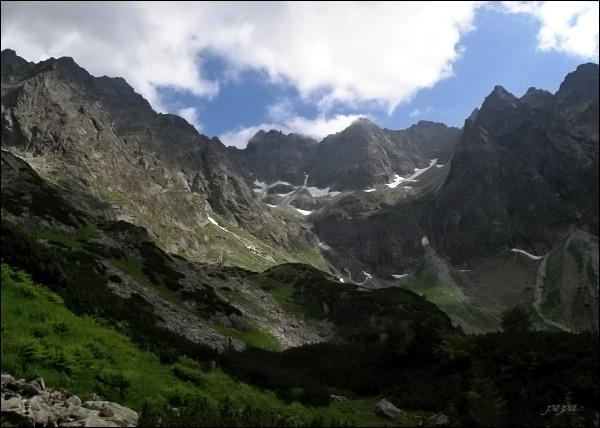 Závěr Kačacej doliny. Uprostřed zleva Batizovský štít, Kačací štít a Popradský Ľadový štít
