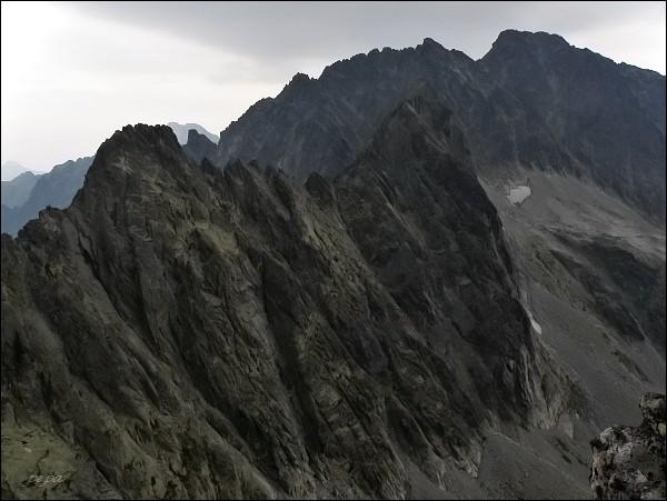 Batizovský štít (uprostřed) z Drúku. Vlevo Kačací štít, na horizontu masív Gerlachovského štítu