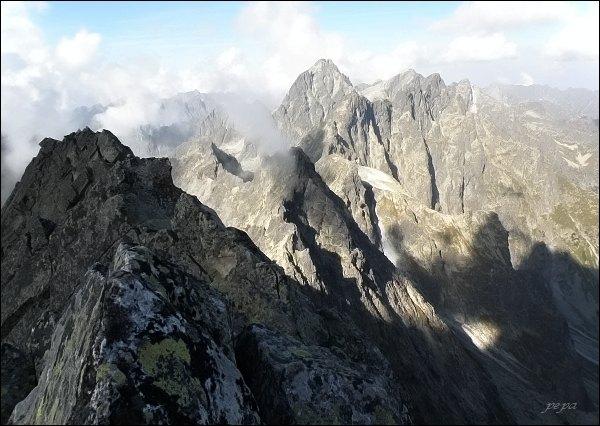 Vysoká a Rysy z Batizovského štítu. V popředí západný vrchol (Malý Batizovský štít)