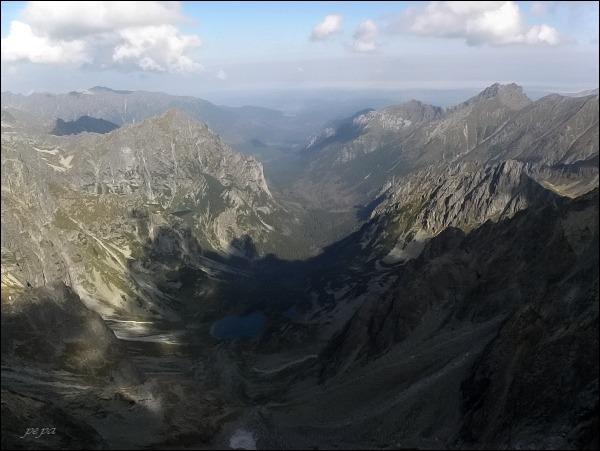 Batizovský štít, pohled do Kačacej a Bielovodskej doliny. Vlevo Mlynár, vpravo Široká