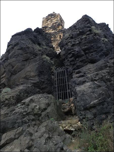 Kamýk, vstup do hradu je zajištěn kovovou mříží...