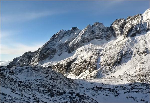 Jižní část Soliskového hrebeňa nad Mlynickou dolinou. Zleva Predné, Mlynické, Štrbské, FurkotskéaMaléSolisko, Solisková štrbina a Soliskové veže
