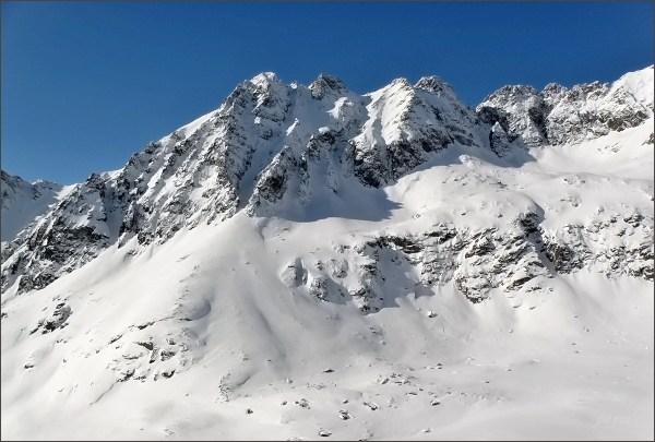 Mlynické Solisko (zdánlivě nejvyšší) nad Mlynickou dolinou. Dále vpravo Štrbské, Furkotské a Malé Solisko, Soliskové veže