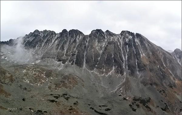 Soliskový hrebeň nad Furkotskou dolinou. Zprava Predné, Mlynické, Štrbské, Furkotské a Malé Solisko, Soliskové veže, Prostredné a Veľké Solisko