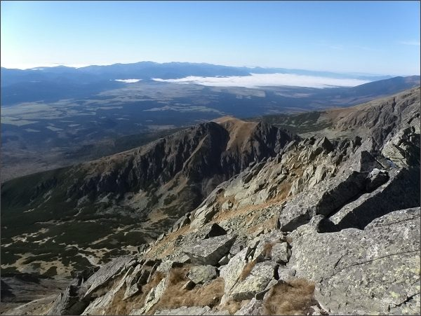 Mlynické Solisko, pohled k Liptovu. Na horizontu Nízke Tatry (Ďumbier, Chopok)