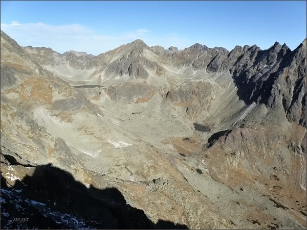 Mlynická dolina z Mlynického Soliska. Uprostřed Capie pleso a Štrbský štít, vpravo Hrebeň Bášt