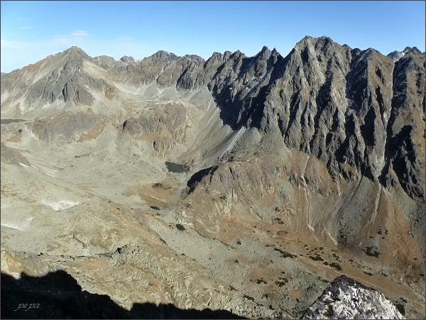 Mlynické Solisko, pohled do Mlynickej doliny. Vlevo Štrbský štít, dále vpravo Hrebeň Bášt