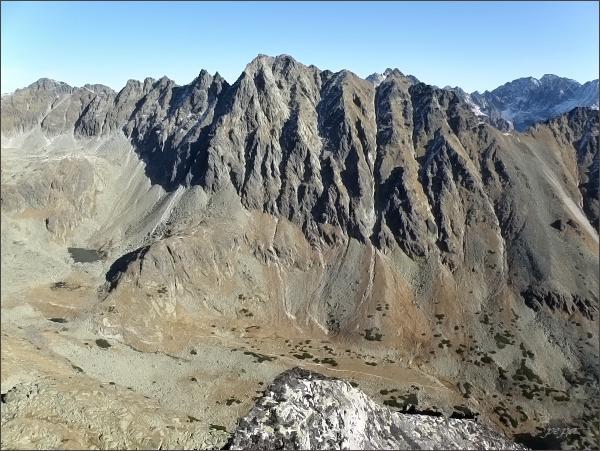 Hrebeň Bášt z Mlynického Soliska. Vpravo na horizontu masív Gerlachovského štítu