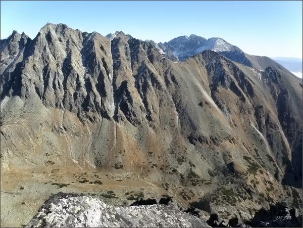Jižní část Hrebeňa Bášt z Mlynického Soliska. Vlevo Satan, vpravo Malá Bašta a Patria