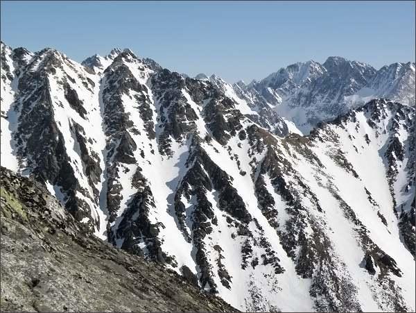 Predná Bašta (uprostřed), Sedlo nad Širokým žlabom a Malá Bašta z Mlynického Soliska. Na horizontu masív Gerlachovského štítu
