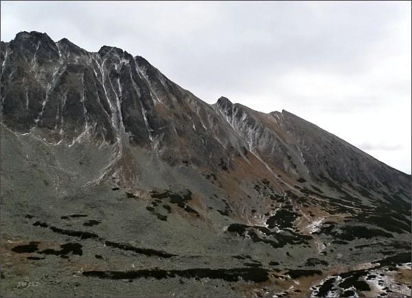 Jižní část Soliskového hrebeňa nad Furkotskou dolinou. Zprava Predné Solisko, Soliskový hrb, Mlynické, Štrbské, Furkotské a Malé Solisko