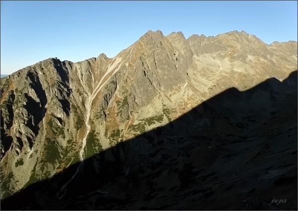 Soliskový hrebeň z Hrebeňa Bášt. Vlevo Predné Solisko, Soliskové sedlo a Soliskový hrb