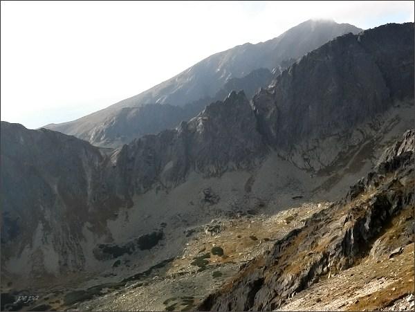 Soliskový hrb, pohled k západu. Nad Furkotskou dolinou sedlo Sedielkový priechod, Ostrá veža a Liptovská veža v hrebeni Ostrej, na druhém horizontu Jamské veže, nejdále Kriváň