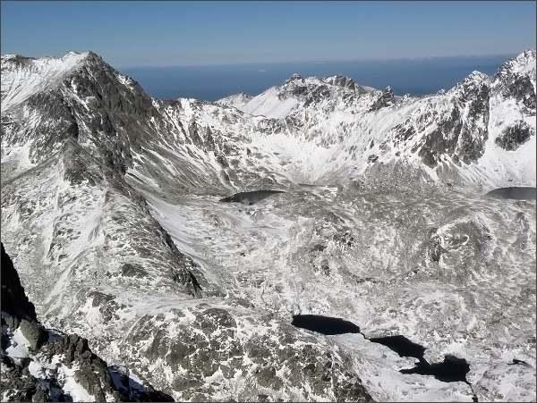 Veľká Studená dolina z Prostrednej Slavkovskej veže. Vlevo Svišťový štít, uprostřed Široká