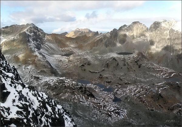 Veľká Studená dolina z Prostrednej Slavkovskej veže. Vlevo Svišťový štít, uprostřed Široká, vpravo Javorové štíty