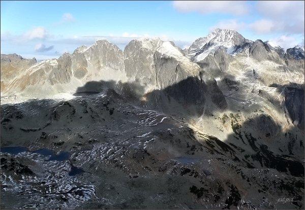 Veľká Studená dolina z Prostrednej Slavkovskej veže. Uprostřed Javorové štíty, vpravo Ľadové štíty