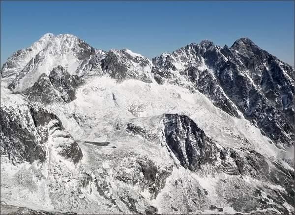 Ľadové štíty, Pyšné štíty a Lomnický štít z Prostrednej Slavkovskej veže. V popředí Strelecká veža