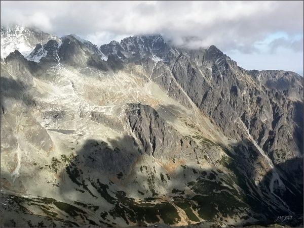 Pyšné štíty a Lomnický štít (vrcholy skryté) ze Západnej Slavkovskej veže. V popředí Strelecká veža