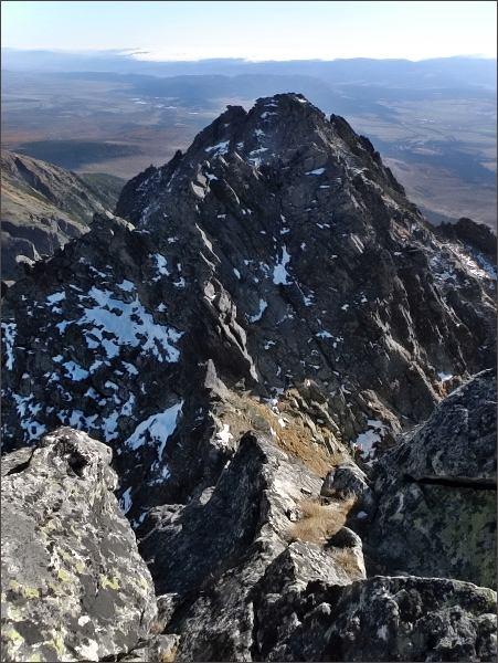 Soliskový hrebeň (JV část) z Malého Soliska. V popředí Furkotské Solisko, za ním Štrbské a ještě dále  Mlynické Solisko