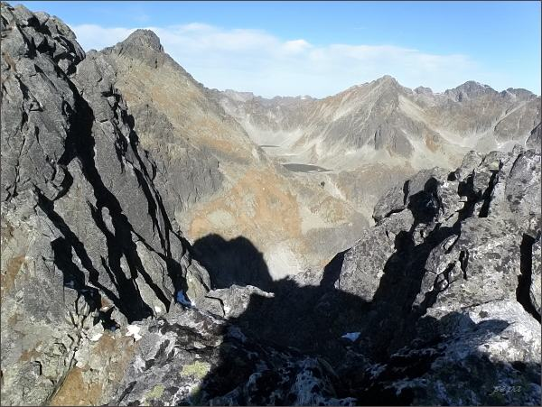 Závěr Mlynickej doliny z Furkotského Soliska. Uprostřed Štrbský štít, vlevo Veľké Solisko. Vpravo na druhém horizontu Mengusovské štíty