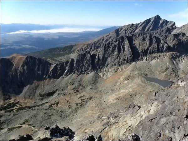 Sedielková kopa (vlevo), Sedielkový priechod , hrebeň Ostrej (Ostré veže, Kozí chrbát) a Kriváň zFurkotskéhoSoliska