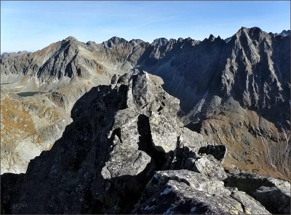 Pohled do Mlynickej doliny z Furkotského Soliska. Vlevo Štrbský štít, vpravo Satan. Uprostřed na druhém horizontu Mengusovské štíty