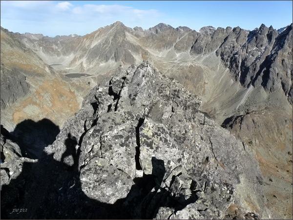 Závěr Mlynickej doliny z Furkotského Soliska. Uprostřed Štrbský štít, vpravo Hrebeň Bášt (Pekelník, Diablovina)