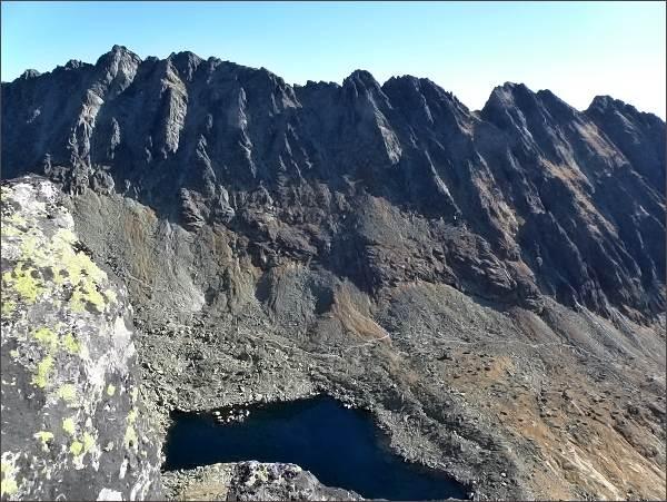 Soliskový hrebeň nad Furkotskou dolinou. Zprava Štrbské Solisko, Furkotské a Malé Solisko, Solisková štrbina, Soliskové veže, Protredné a Veľké Solisko