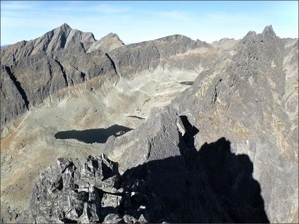 Na Malom Solisku, pohled do Furkotskej doliny. V popředí Soliskové veže, vlevo Kriváň, Krátka a Ostrá