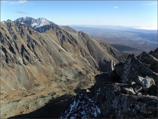 Malé Solisko, pohled do Mlynickej doliny. Uprostřed zprava Patria, Malá a Predná Bašta. Na horizontu Končistá a Gerlachovský štít