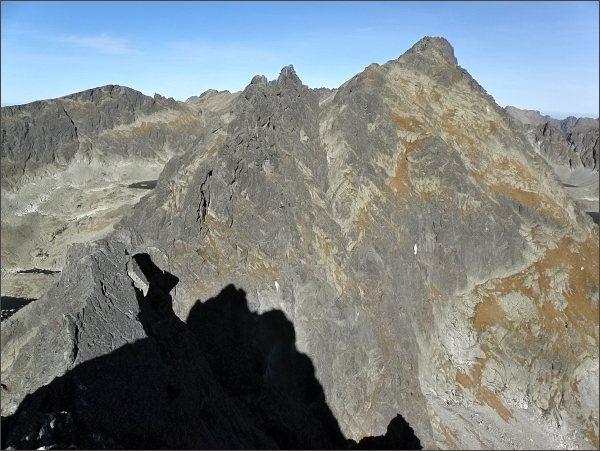 Závěr Mlynickej doliny z Malého Soliska. Vlevo Prostredné a Veľké Solisko, uprostřed Štrbský štít a Capie pleso. Vpravo na horizontu Mengusovské štíty