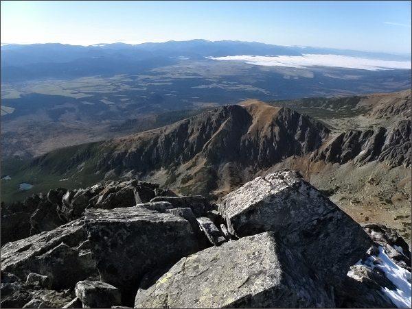 Sedielková kopa (uprostřed) a Sedielkový priechod ze Štrbského Soliska. V pozadí Horný Liptov a Nízke Tatry