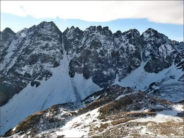 Hlinská veža (vpravo) nad Mengusovskou dolinou