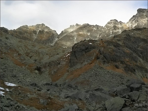 Hlinská veža (vlevo) nad Mlynickou dolinou. Uprostřed Veľká Capia veža, vpravo Malá Capia veža