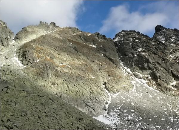 Capie veže (Malá vpravo) nad Mlynickou dolinou