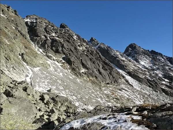 Malá Capia veža (vlevo) nad Mlynickou dolinou