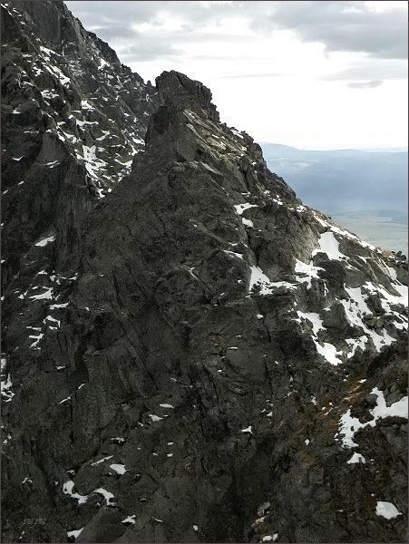 Malá Capia veža (uprostřed) z Veľkej Capej veže