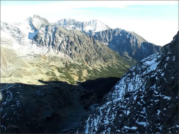 Mengusovská dolina z Malej Capej veže. Blíže zleva Kôpky a Tupá, zadní horizont Kruna Vysokej, Gerlachovský štít a Končistá