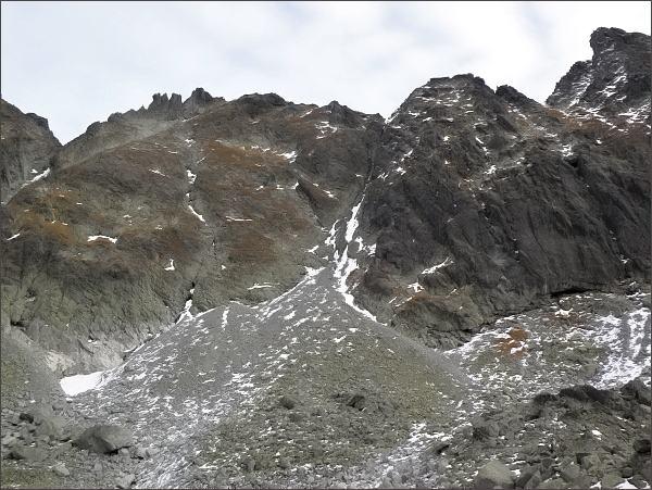 Veľká Capia veža (vlevo) nad Mlynickou dolinou