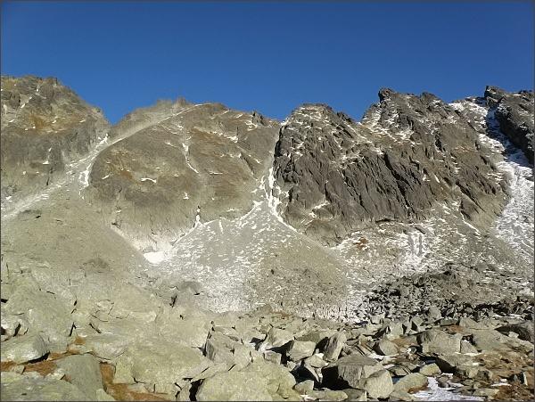 Capie veže (uprostřed) nad Mlynickou dolinou. Vlevo Hlinská veža, vpravo Zadná Bašta