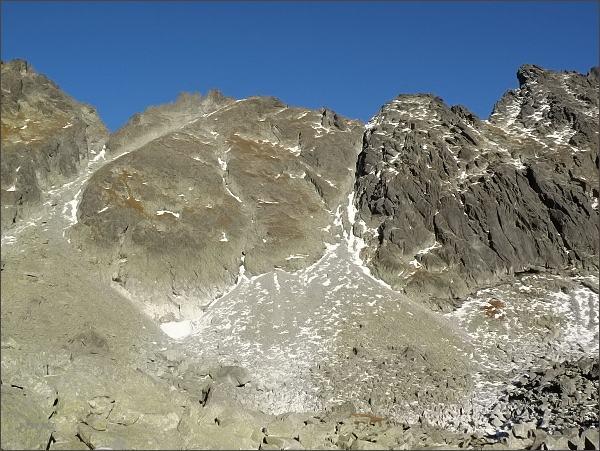 Capie veže nad Mlynickou dolinou. Vlevo Baštové sedlo, vpravo Zadná Bašta