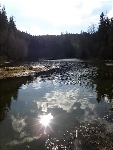 Slunce ve vodě (Bělá vtéká do Boskovické přehrady)