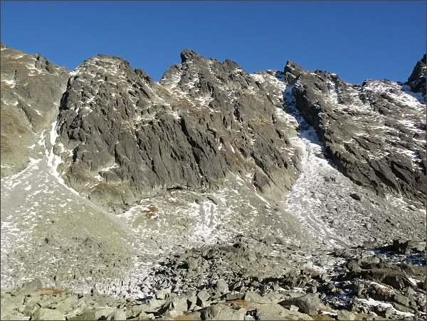 Zadná Bašta nad Mlynickou dolinou. Vlevo Malá Capia veža