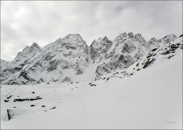 Zadná Bašta (mírně vpravo) nad Mengusovskou dolinou. Vlevo Diablovina, Pekelník, Čertov hrb, Satan a Predná Bašta, vpravo Capie veže