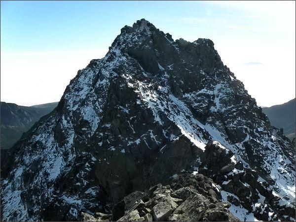Na jižním vrcholu Zadnej Bašty. Uprostřed Satan, před ním (v zákrytu) Zlatinská veža, vpravo Diablovina