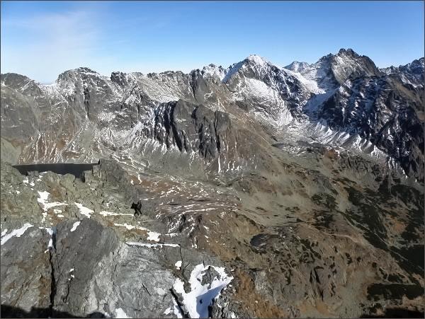 Zadná Bašta, pohled do Mengusovskej doliny. Zleva (nad Veľkým Hincovým plesom) Prostredný a Východný Mengusovský štít, Hincova veža a Volí chrbát, Malé Rysy, Rysy a Koruna Vysokej