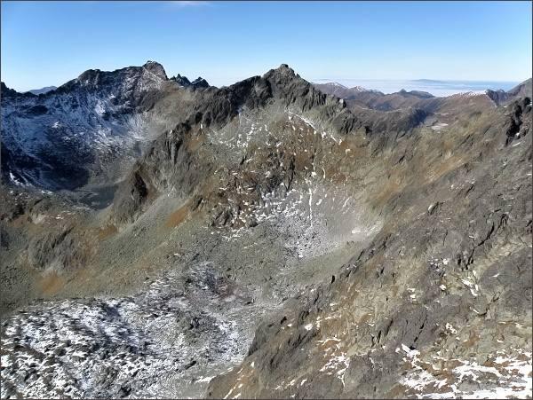 Zadná Bašta, pohled k severozápadu. Uprostřed Štrbský štít, vlevo Hrubý vrch a Furkotský štít